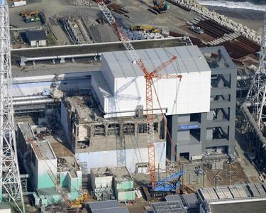10月23日,东京电力公司基本决定最早将从11月上旬起取出存放在福岛第一核电站4号机组乏燃料池中的1533根燃料棒。这比原计划提前了一周。图为摄于8月的4号机组。(共同社)