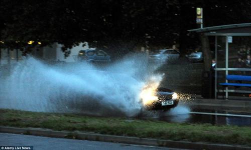 英国多地遭暴风雨袭击,逾20条河流发洪水警报。