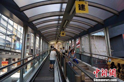 中环至半山自动扶梯系统是目前世界最长的户外电动扶梯系统,总长800米