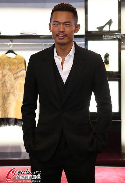 图文:林丹出席商业活动 林丹西装革履