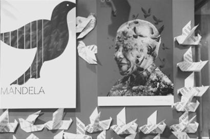 这是10月23日在南非约翰内斯堡拍摄的一张曼德拉庆生海报。