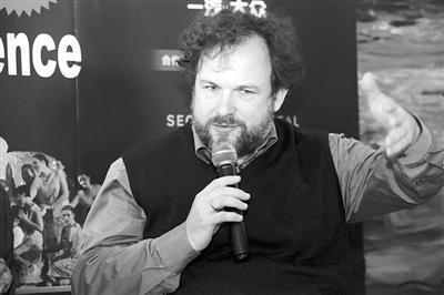 导演迈克尔-舒尔茨。