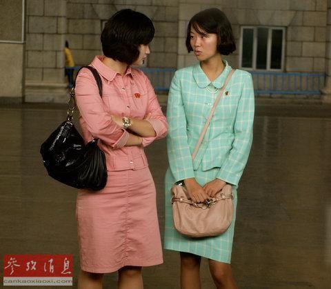 两位朝鲜年轻女性在平壤一处地铁站候车