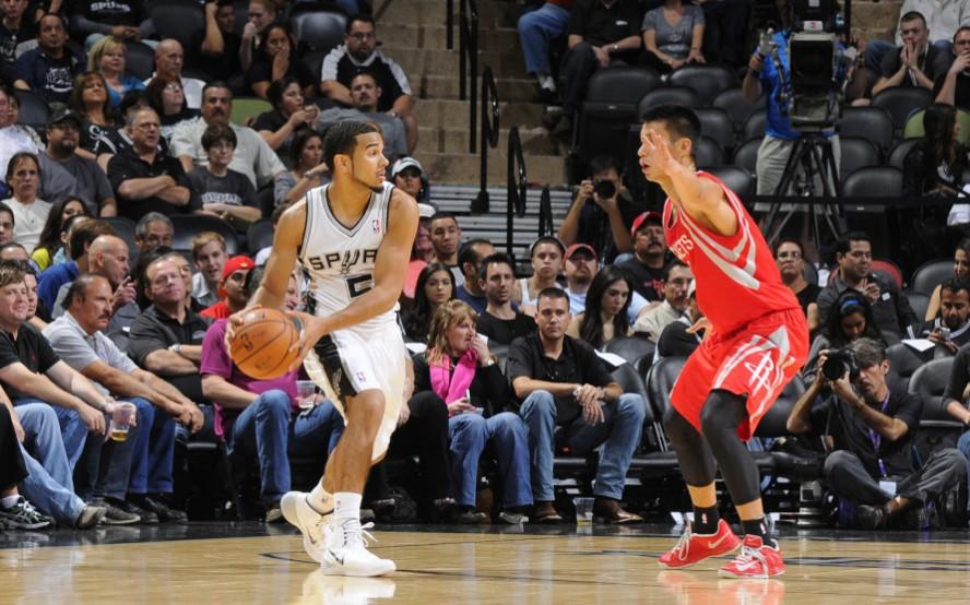 NBA季前赛-火箭客场大胜马刺 霍华德两双书豪11+6