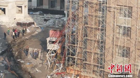 27日7时许,位于哈尔滨市南岗区科研路上一工地发生塔吊倒塌事故,事故造成四人死亡。 解培华 摄
