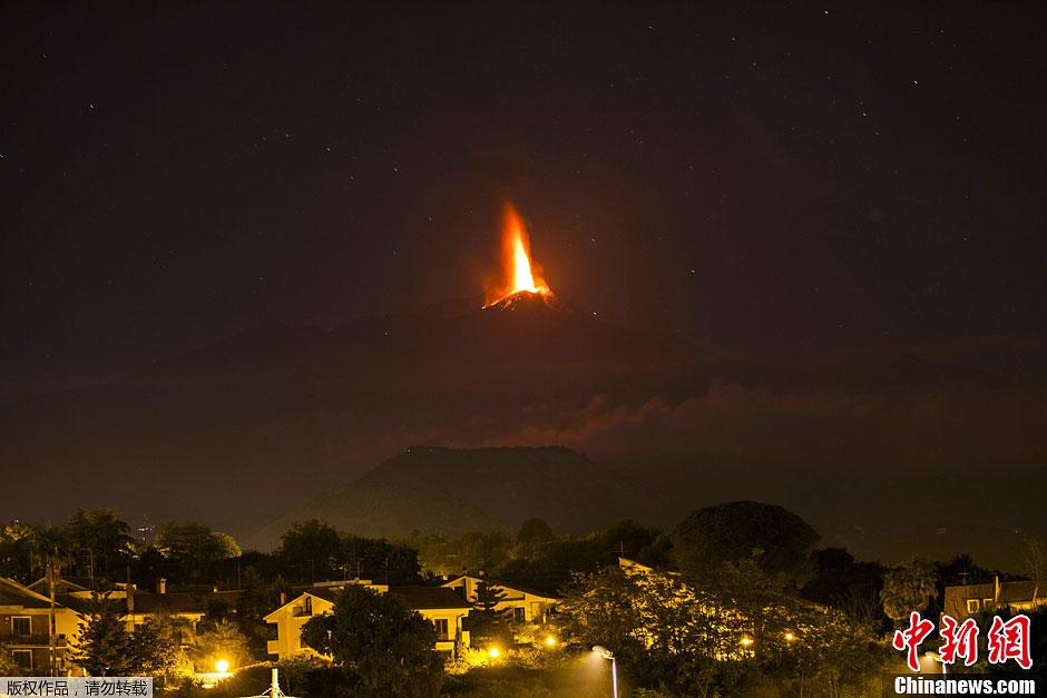 当地时间10月26日,位于意大利西西里岛Viagrande村的埃特纳火山再次喷发,喷涌而出的熔岩高达数十米,浓密的巨型烟柱直插云霄。
