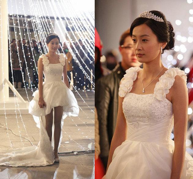 小艾大胜压轴出场 [点击图片进入下一页]   在剧中徐翠翠所穿的婚纱则