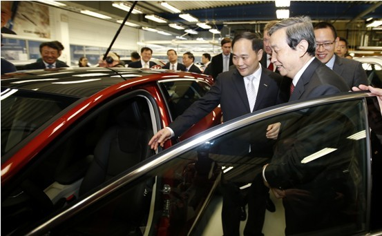 李书福董事长向马凯副总理介绍沃尔沃汽车高清图片