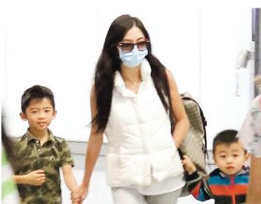 张柏芝经常带两个儿子到处飞。
