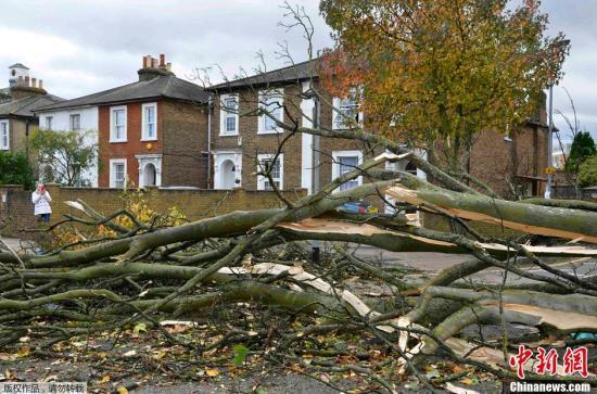11年来最强风暴袭英国海陆空交通大受影响