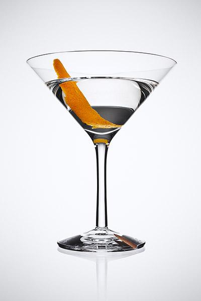 . 0.5份白樱桃利口酒   . 1片橘皮   . 将以上成份倒入调酒杯,加入大量冰