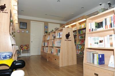 《城志》杂志和《春田手绘地图》,同时有笔记本,书签,徽章等创意产品