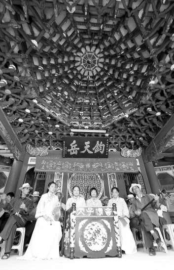 峰尾农民在东岳庙古戏台上弹唱泉港北管