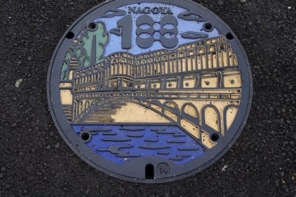 色的下水道井盖,上面印有动物,风景,历史故事或是城市特色,极富设计感图片