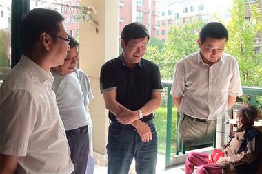 安徽宁国民政局网站一张该市副市长汪军看望百岁老人的照片,有明显的PS痕迹。