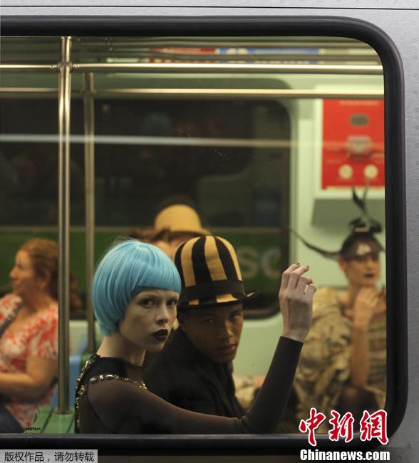 10月27日,巴西圣保罗,圣保罗时装周的一场时装秀在地铁中举行,吸引了众多乘客的眼球。