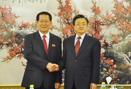 外交部副部长刘振民右与朝鲜外务省副相金亨俊