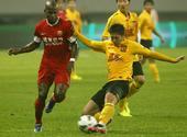 中超图:东亚1-1恒大 张洪楠在比赛中进攻