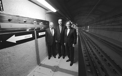 10月29日,土耳其总理埃尔多安(中)、运输部长比纳勒(左)和伊斯坦布尔市长卡迪尔在隧道内合影。