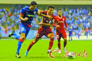 长春亚泰(红衣)先进1球被上海申花逆转,跌至倒数第二位。(CFP)