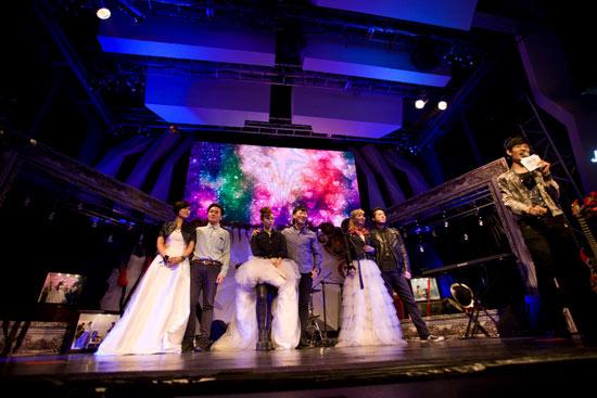 在现场来宾的见证下,三对新人喜结连理,用他们的歌声传递着彼此的爱情宣言