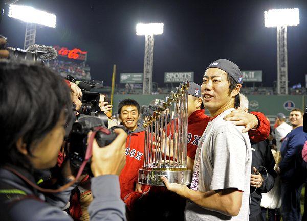 图文:MLB总决赛红袜队夺冠 捧起冠军杯