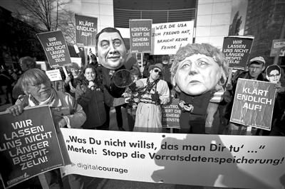 10月30日,德国柏林,反对美国国安局窃听行为的德国示威者聚集在德国社民党总部门前。该党领导人正与德国总理默克尔商讨组建联合政府的谈判。