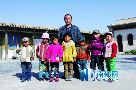 永泰龟城代课老师李爱仁和他的学生。