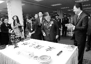 """诗琳通/昨日,诗琳通公主在广外用毛笔题下""""友谊之桥""""四个大字。"""