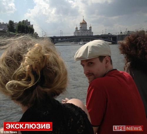 照片中的斯诺登没有戴眼镜,背景是莫斯科救世主大教堂。