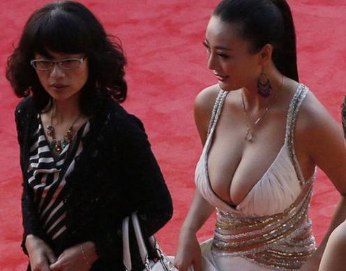 女星示范:胸大穿深v装的尴尬020202近日,女星王李丹妮现身金鸡