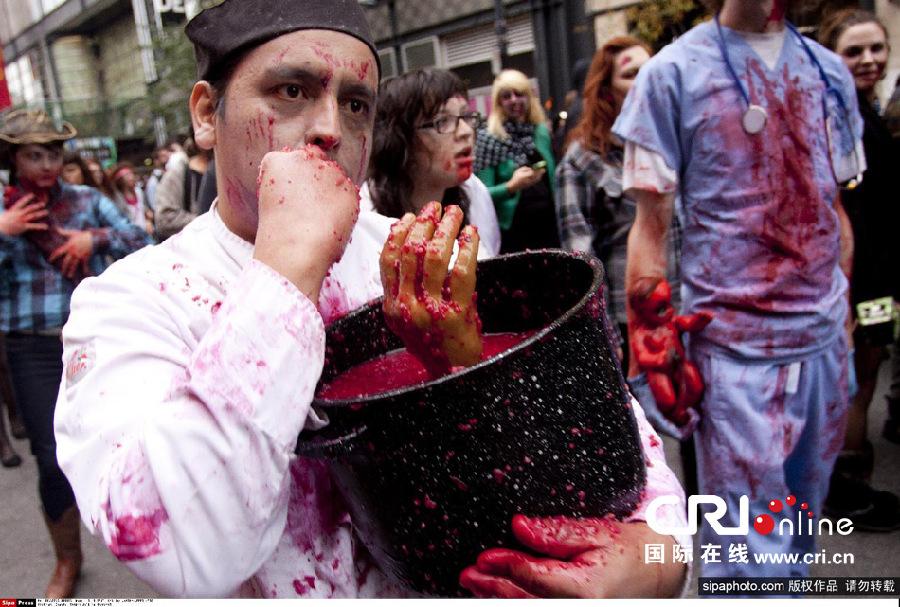 """10月31日晚,香港兰桂坊狂欢派对吸引了众多""""妖魔鬼怪""""前来欢度万圣节。"""