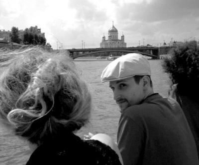 俄罗斯一家知名网站上传的斯诺登最新照片,照片中的斯诺登没有戴眼镜,背景是莫斯科救世主大教堂。