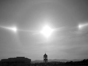 赤峰幻日现象_内蒙古天空现3太阳 网友:不上学了 去射日(图)-搜狐新闻