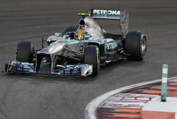 图文:F1阿布扎比站排位赛 汉密尔顿过弯