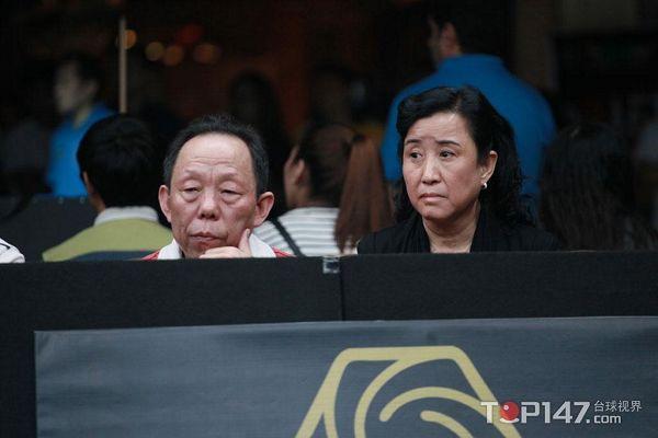 图文:10美女东西方父母对决潘晓婷美女观战刘官庄莒县球赛的图片