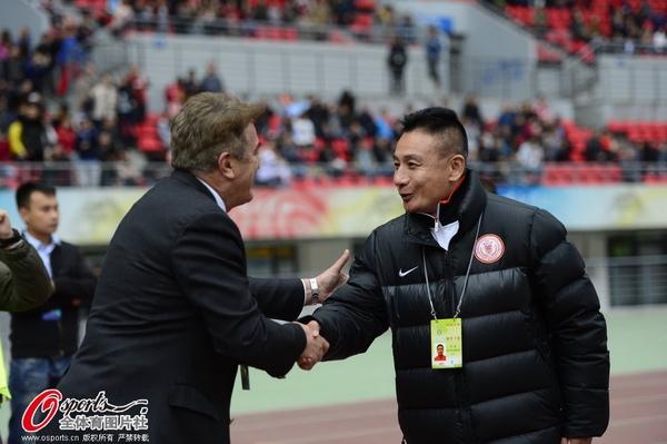 中超图:人和1-5鲁能 宫磊安蒂奇握手