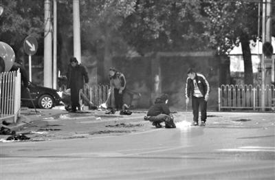 昨日,寒衣节,左安门内大街与龙潭路交会处,不少市民前来烧纸祭奠先人。 实习生 王飞 摄