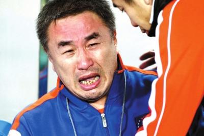 难以接受降级现实,中能老板乔伟光泪流满面。图/Osports