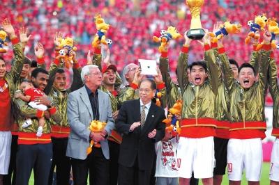 广州恒大夺冠捧杯荣登领奖台,球员抱孩子齐上阵共享三连霸伟业。图/Osports