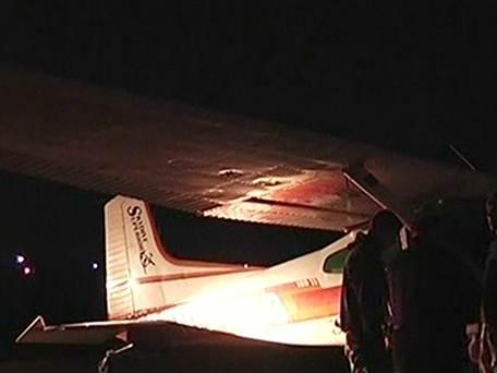 两架小飞机在美国威斯康辛州上空相撞,两组跳伞员及驾驶员均幸存。