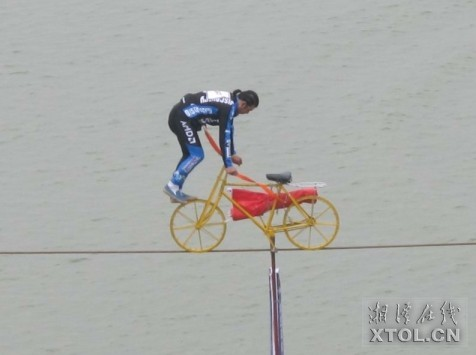 江西小伙湘江上空骑自行车行走588米钢丝(组图)