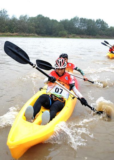 运动员在皮划艇v马术中.人民网马术王霞光摄大同地址俱乐部记者图片