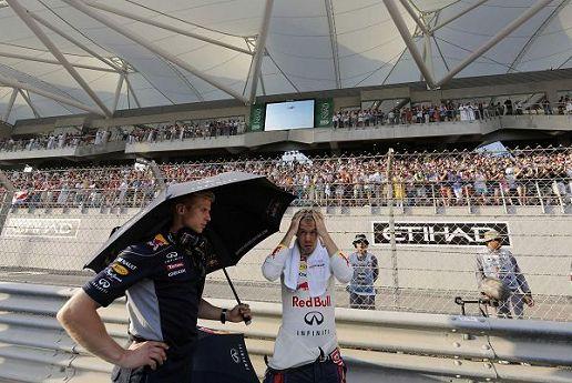 图文:F1阿布扎比大奖赛 维特尔打伞