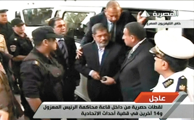 穆尔西着深色衣服抵达法庭受审。视频截图