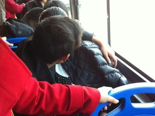 公共汽车上的男孩-公交车上男女当众亲热20分钟 节操掉一地 图高清图片