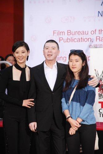 冯小刚11月1日携妻女在好莱坞留印。(资料图)