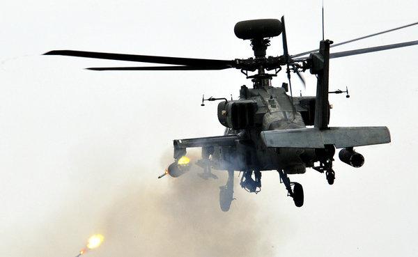 原文配图:阿帕奇直升机发射导弹瞬间.