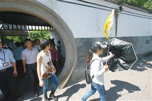 十一黄金周期间,一位导游带领游客游览溪口蒋氏故居