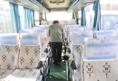 同样有内急的乘客拉在峨眉至成都一辆大巴上,车上尤师傅正在打扫大巴内清洁。